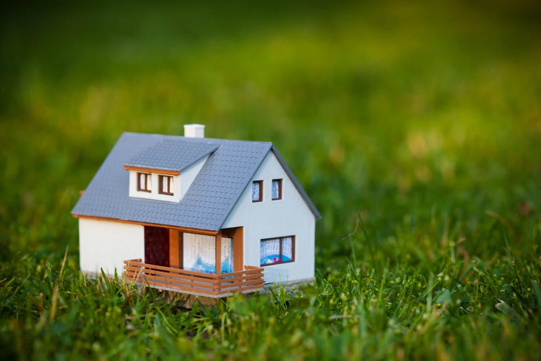 Можно ли оформить земельный участок, если есть документы на дом