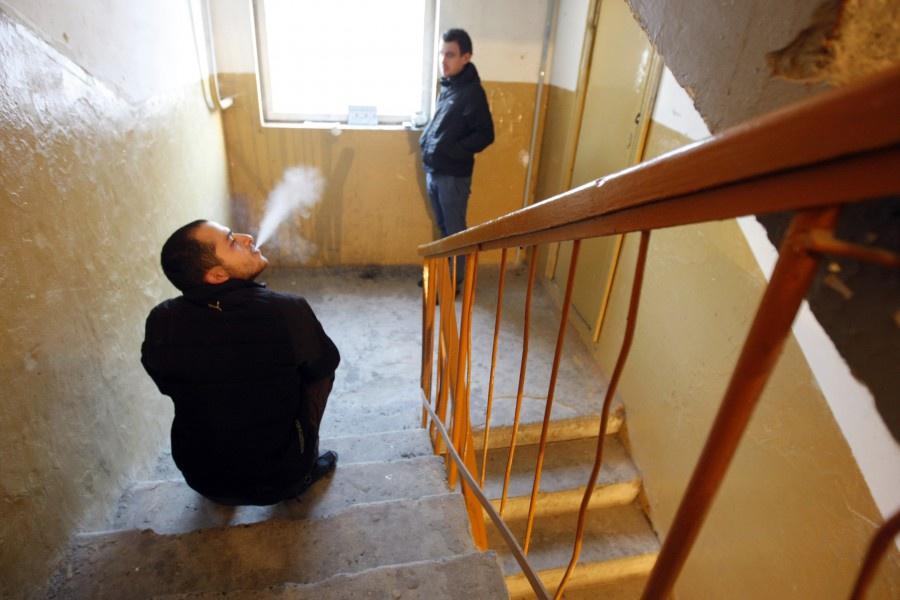 Как наказать соседа за курение в подъезде